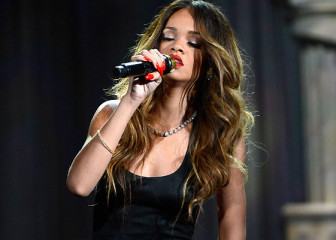 "Rihanna ""Stay"" live στα Grammy Awards 2013"