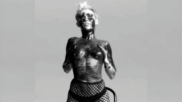 Tongue Tied: Η Kinky συνεργασία της Miley Cyrus με τον Quentin Jones