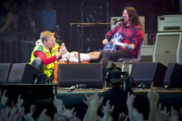 dave-grohl-just-broke-is-leg-during-a-show-returned-with-a-cast-photos-video-1