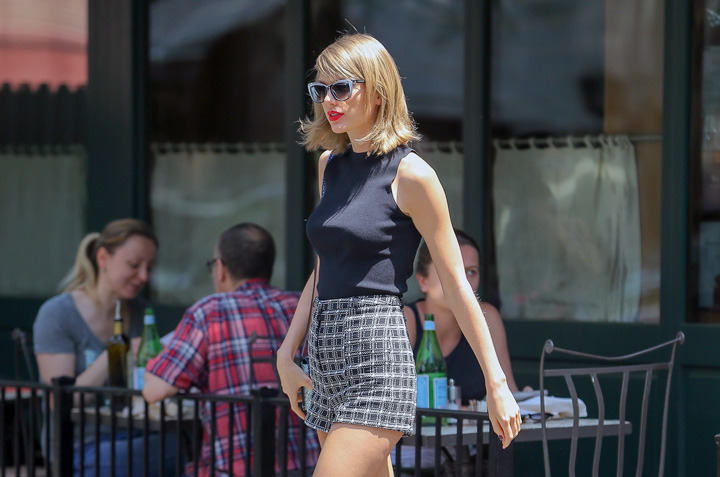 26 May 2015, Manhattan, New York City, New York State, USA --- Taylor Swift seen leaving Sant Ambroeus West Village, after having lunch with a couple of friends in the West Village, New York City on May 26, 2015. Pictured: Taylor Swift --- Image by © Felipe Ramales/Splash News/Corbis