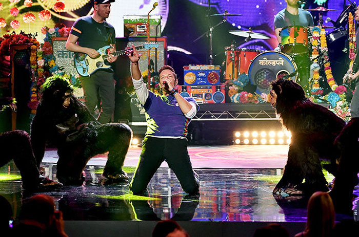 coldplay-gorillas-performance-amas-2015